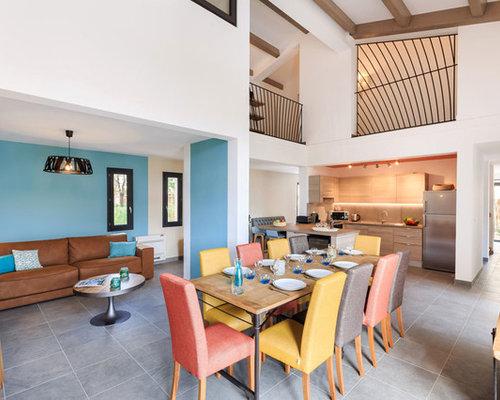 salle manger ouverte sur le salon avec un mur bleu photos et id es d co de salles manger. Black Bedroom Furniture Sets. Home Design Ideas