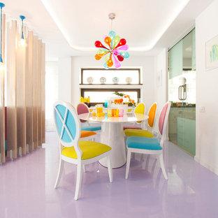 Esempio di una sala da pranzo minimal con pareti bianche e pavimento viola