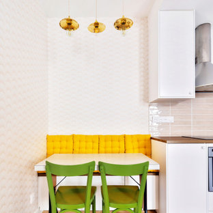 Inspiration pour une petit salle à manger ouverte sur le salon vintage avec un mur rose, un sol en bois clair et aucune cheminée.