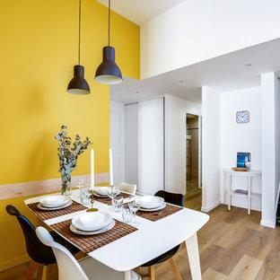 Ispirazione per una grande sala da pranzo scandinava con pareti gialle e pavimento in vinile