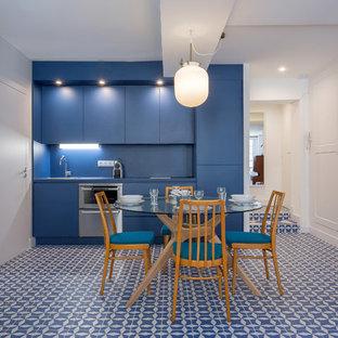 Ejemplo de comedor de cocina contemporáneo con paredes azules y suelo azul