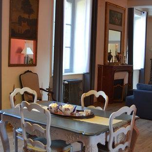 Ejemplo de comedor clásico, de tamaño medio, abierto, con paredes rojas y suelo de baldosas de terracota