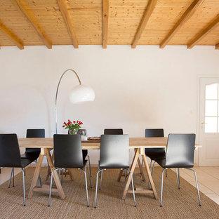 Exemple d'une grande salle à manger nature fermée avec un mur blanc, un sol en carrelage de céramique et un sol beige.