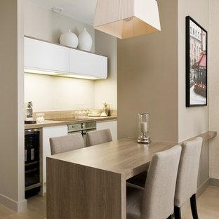 Aménagement d'une petit salle à manger contemporaine avec un sol en bois clair.