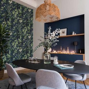 Inspiration för klassiska matplatser, med blå väggar, ljust trägolv och brunt golv