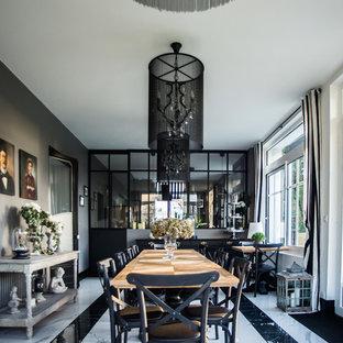 Aménagement d'une grand salle à manger classique fermée avec un mur gris, un sol en marbre, aucune cheminée et un sol blanc.