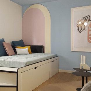 На фото: гостиная-столовая среднего размера в стиле фьюжн с черными стенами, светлым паркетным полом, бежевым полом и деревянными стенами
