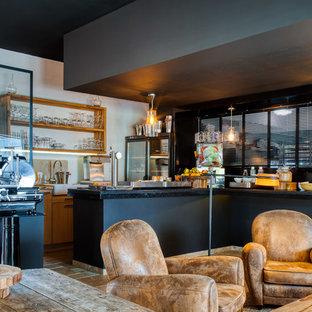 Создайте стильный интерьер: огромная отдельная столовая в современном стиле с черными стенами, полом из травертина и бежевым полом - последний тренд