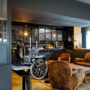 Удачное сочетание для дизайна помещения: огромная отдельная столовая в современном стиле с черными стенами, полом из травертина и бежевым полом - самое интересное для вас