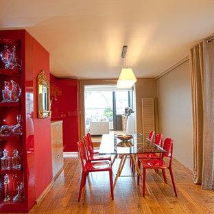 Exemple d'une grand salle à manger ouverte sur le salon tendance avec un mur beige et un sol en bois brun.
