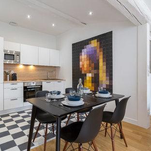 Idées déco pour une salle à manger ouverte sur le salon contemporaine avec un mur blanc, un sol en bois clair et un sol beige.