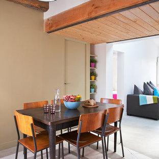 パリの中サイズのコンテンポラリースタイルのおしゃれなLDK (ベージュの壁、コンクリートの床) の写真