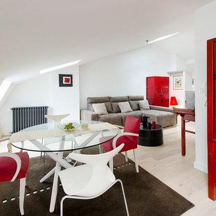 Idées déco pour une salle à manger ouverte sur la cuisine contemporaine avec un sol en bois clair et un mur blanc.