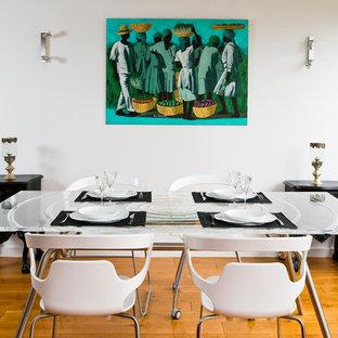 Aménagement d'une salle à manger contemporaine avec un mur blanc et un sol en bois brun.