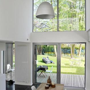 Réalisation d'une salle à manger ouverte sur le salon design de taille moyenne avec un mur blanc.