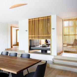 Réalisation d'une salle à manger ouverte sur le salon design de taille moyenne avec un mur blanc et un sol en bois clair.