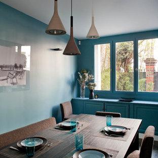 Réalisation d'une salle à manger design fermée et de taille moyenne avec un mur bleu.