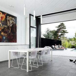 Aménagement d'une salle à manger contemporaine fermée et de taille moyenne avec un mur blanc et un sol en carrelage de céramique.