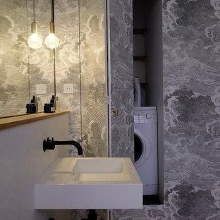 Exemple d'une salle à manger chic avec un mur blanc, un sol en bois brun et un sol marron.