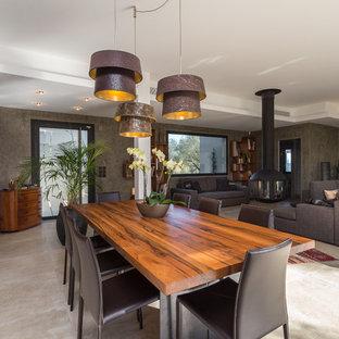 Cette image montre une grande salle à manger ouverte sur le salon design avec un mur beige.