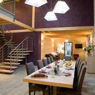 ディジョンのコンテンポラリースタイルのおしゃれなLDK (紫の壁、コンクリートの床) の写真