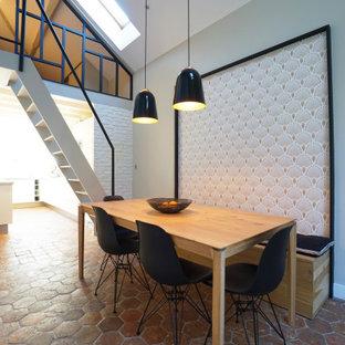 Réalisation d'une salle à manger tradition de taille moyenne et fermée avec un sol en carreau de terre cuite, un mur beige et aucune cheminée.