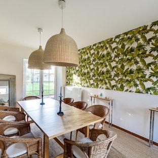 Esempio di una sala da pranzo tropicale di medie dimensioni con pareti bianche