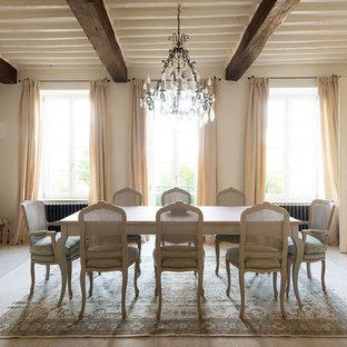 Aménagement d'une salle à manger romantique fermée avec aucune cheminée, un sol beige et un mur blanc.