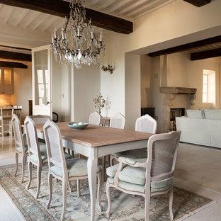 Shabby-Style Esszimmer mit beiger Wandfarbe, Travertin, Kamin, Kaminsims aus Stein und beigem Boden in Marseille