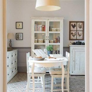Idee per una sala da pranzo country con pareti grigie, pavimento in terracotta e pavimento multicolore