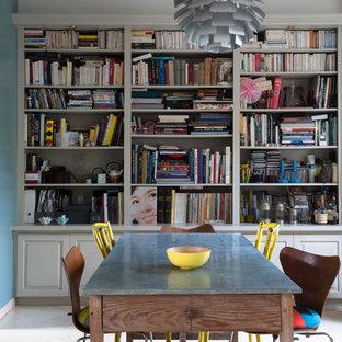 Réalisation d'une salle à manger bohème de taille moyenne et fermée avec un mur bleu, un sol en carrelage de céramique et aucune cheminée.