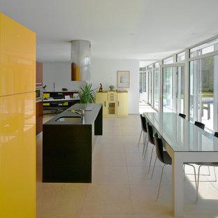 Exemple d'une grand salle à manger ouverte sur le salon tendance avec un mur blanc, un sol en carrelage de céramique et aucune cheminée.