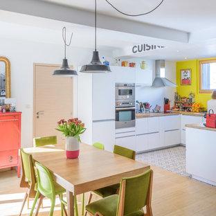 Idées déco pour une salle à manger ouverte sur la cuisine contemporaine de taille moyenne avec un mur blanc, un sol en bois clair et aucune cheminée.