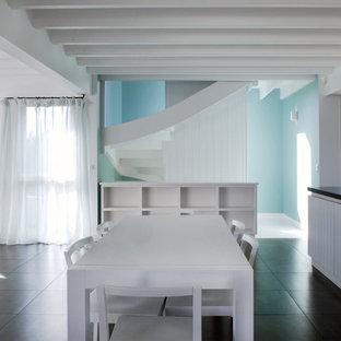 Inspiration pour une salle à manger ouverte sur le salon marine de taille moyenne avec un mur blanc et aucune cheminée.