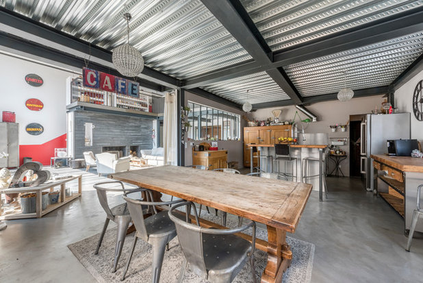 Industrial Dining Room by Alexandre Montagne - Photographe immobilier