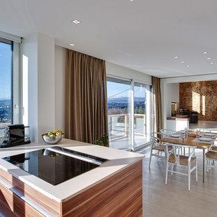 Cette photo montre une grande salle à manger ouverte sur le salon moderne avec un mur blanc et un sol en carrelage de céramique.