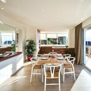 Idées déco pour une salle à manger ouverte sur le salon moderne de taille moyenne avec un mur beige et un sol en carrelage de céramique.