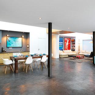 Esempio di una grande sala da pranzo aperta verso il soggiorno design con pareti bianche, pavimento in cemento, nessun camino e pavimento nero