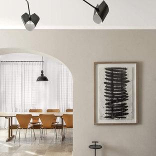 Idee per una grande sala da pranzo aperta verso il soggiorno mediterranea con pareti bianche, pavimento in pietra calcarea, nessun camino e pavimento beige