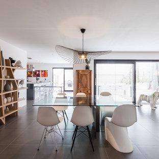 Idées déco pour une grande salle à manger ouverte sur le salon contemporaine avec un mur blanc, un sol en carrelage de céramique et un sol gris.