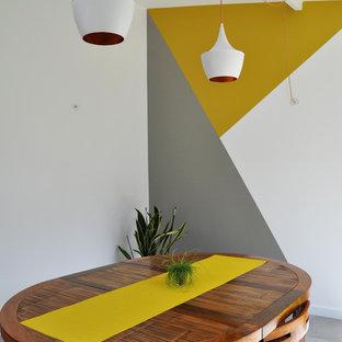 Inspiration pour une salle à manger design de taille moyenne avec un sol en carrelage de céramique, un sol gris et un mur multicolore.