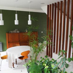 Ejemplo de comedor actual, de tamaño medio, abierto, sin chimenea, con paredes verdes