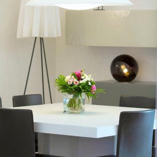 Idée de décoration pour une salle à manger ouverte sur le salon design de taille moyenne avec un mur blanc.