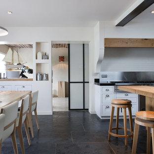 Exemple d'une grande salle à manger ouverte sur la cuisine tendance avec un mur blanc, un sol en carrelage de céramique et aucune cheminée.