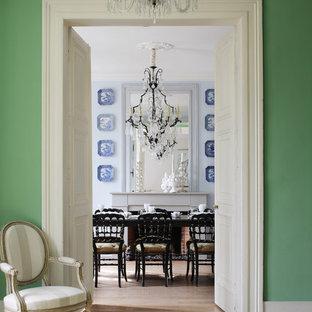 Idées déco pour une grande salle à manger classique fermée avec un mur vert.