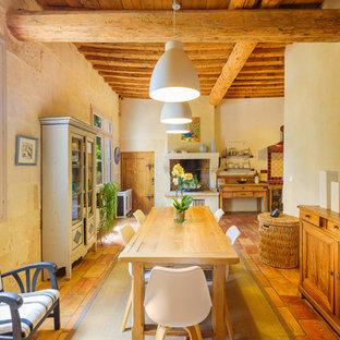 Réalisation d'une salle à manger ouverte sur le salon méditerranéenne de taille moyenne avec un mur beige, une cheminée standard et un manteau de cheminée en plâtre.