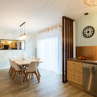 Foto di una sala da pranzo con pareti multicolore, pavimento in compensato e pavimento beige