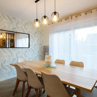 Immagine di una sala da pranzo con pareti multicolore, pavimento in compensato e pavimento beige