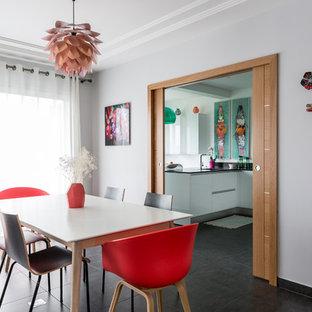 Réalisation d'une salle à manger design de taille moyenne et fermée avec un mur gris et un sol en carrelage de céramique.