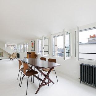 Exemple d'une salle à manger moderne avec un mur blanc et un sol blanc.